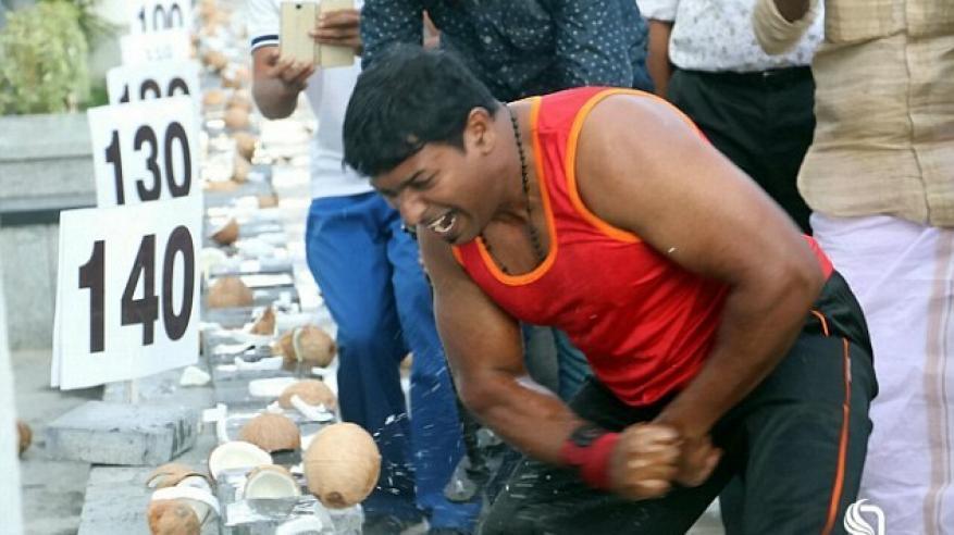 بالفيديو.. هندي يحطم 124 جوزة هند في دقيقة واحدة