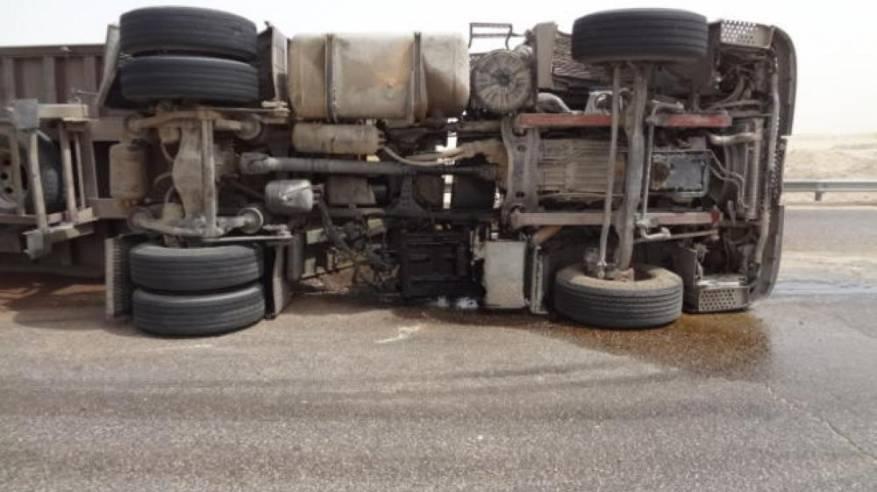 شاحنة على طريق (نزوى – مسقط) تتسبب في أزمة مرورية