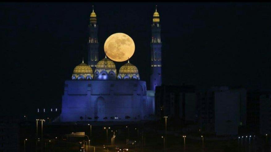 """سكان السلطنة على موعد مع """"القمر الأزرق العملاق"""""""