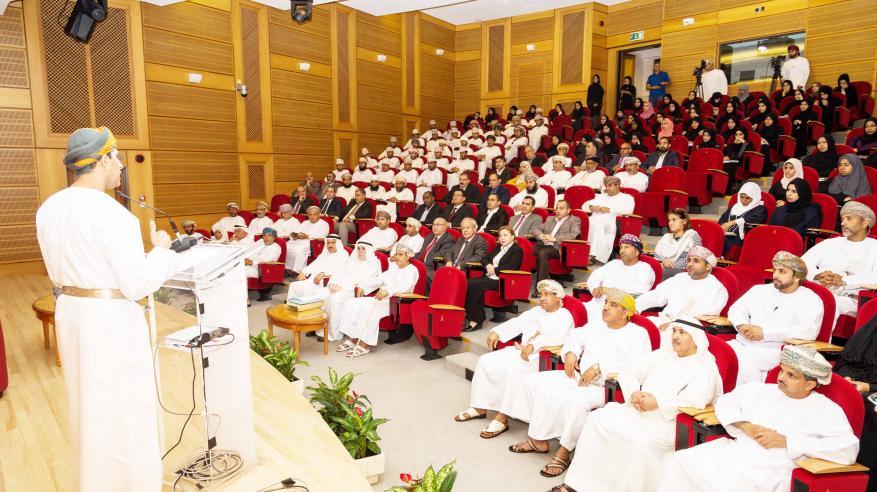 البروفيسور عبدالله الغنيم يلقي محاضرة عن تاريخ الملاح ابن ماجد بجامعة السلطان قابوس