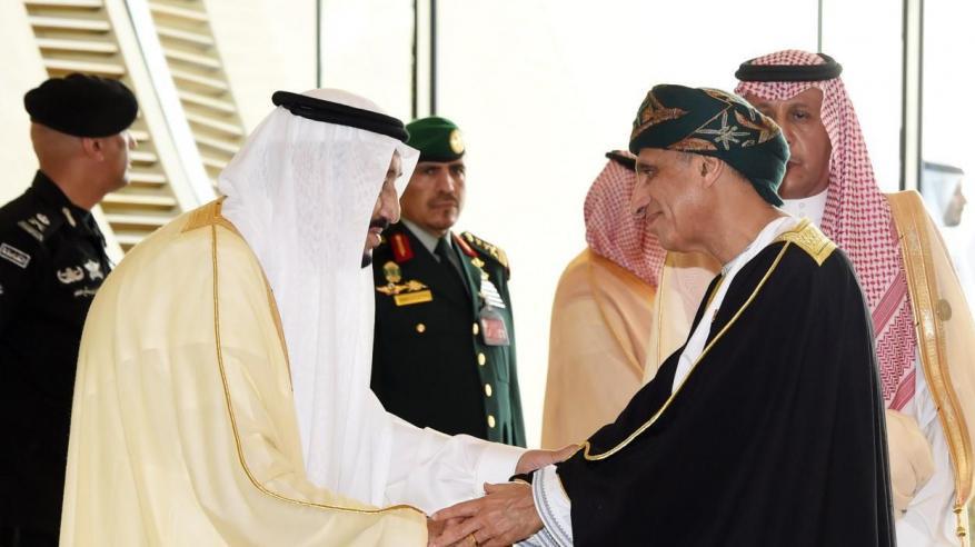 """خادم الحرمين يستقبل السيد فهد بمقر انعقاد """"القمة العربية"""""""