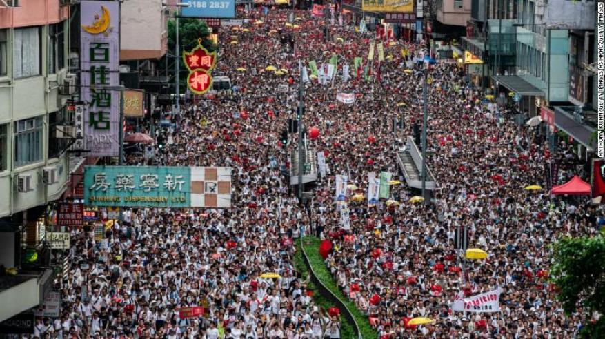 """احتجاجات جديدة في هونج كونج.. والمتظاهرون """"يحتلون"""" المطار"""