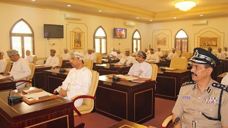 اعضاء المجلس البلدي بمحافظة جنوب الباطنة اثناء الاجتماع