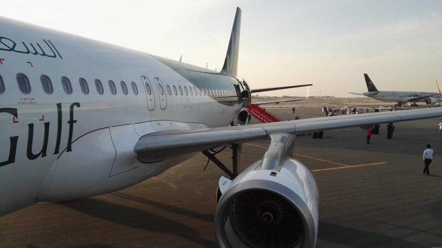 بالفيديو... محرك طائرة سعودية يقذف عاملا ويسقطه أرضا