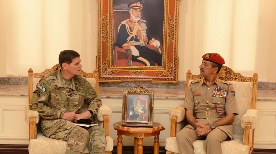 رئيس أركان قوات السلطان المسلحة يستقبل قائد القيادة الوسطى الأمريكية ورئيس جيش جنوب أفريقيا