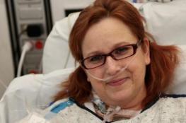 بالصور .. امرأة تمسك قلبها بيديها لأول مرة في التاريخ