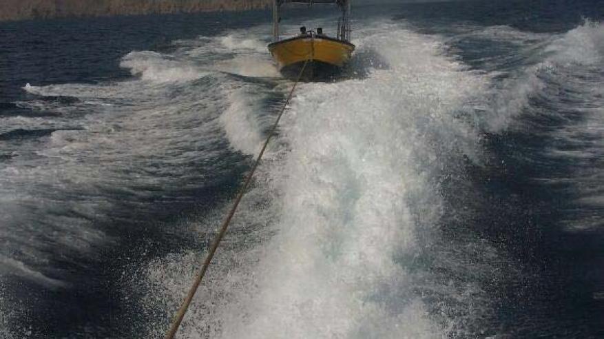 شرطة خفر السواحل تقدم المساعدة لقارب صيد في مسندم