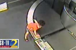 """بالفيديو ..  هذا ما حدث لطفل سقط في """"حزام الأمتعة"""" بمطار أمريكي"""