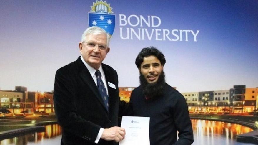 تكريم طالب عماني في جامعة بوند الأسترالية بجائزة مرموقة