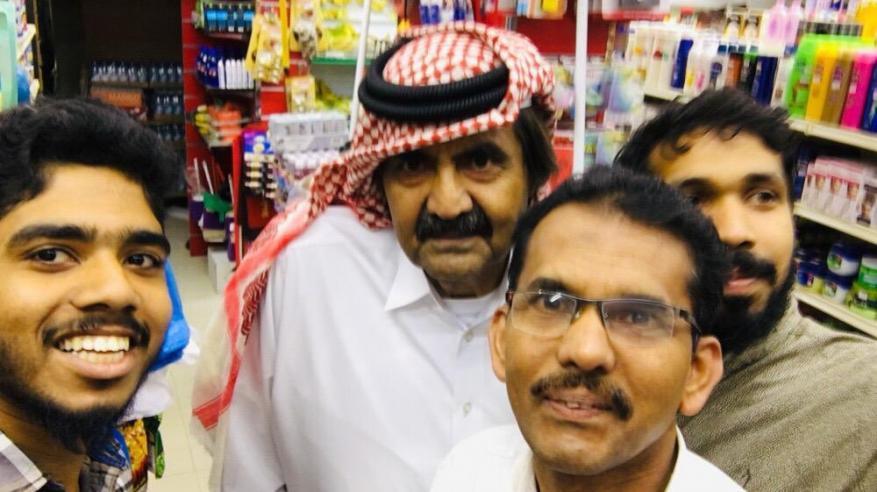 سيلفي والد أمير قطر مع عمال هنود يشعل السوشيال ميديا