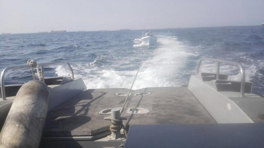 """""""خفر السواحل"""" تضبط قارب تهريب وتقدم المساعدة لقاربين آخرين"""