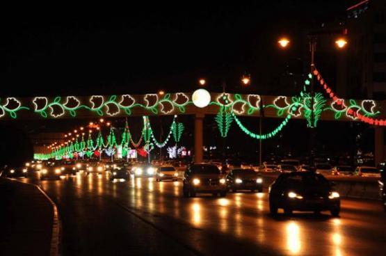 شوارع مسقط تتزين احتفالا بالعيد الوطني المجيد