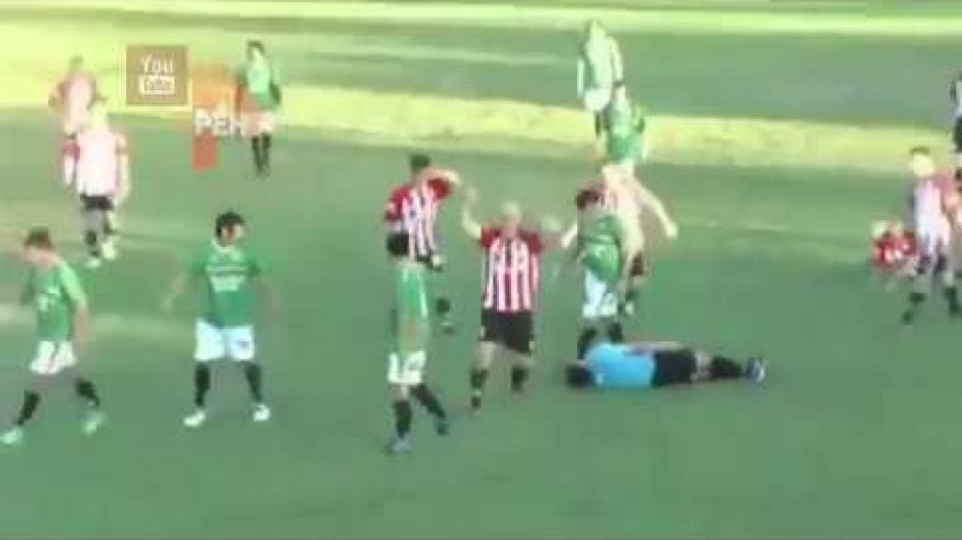 شاهد .. لاعب يقتل حكماً أثناء مباراة لكرة قدم