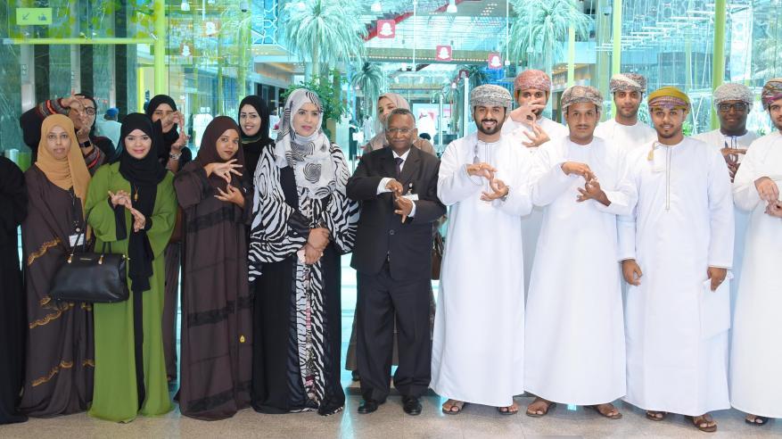بنك مسقط ينفذ برنامجا تدريبيا لتعليم لغة الإشارة لمجموعة من الموظفين
