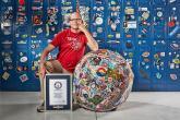 """بالفيديو.. أكبر كرة ملصقات في العالم تُدخل أمريكي """"جينيس"""""""