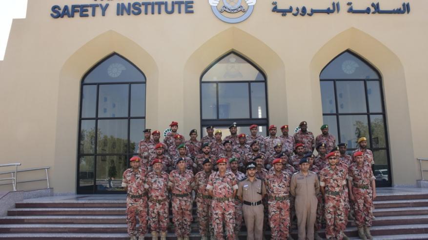 عدد من منتسبي الجيش السلطاني العماني يزور معهد السلامة المرورية