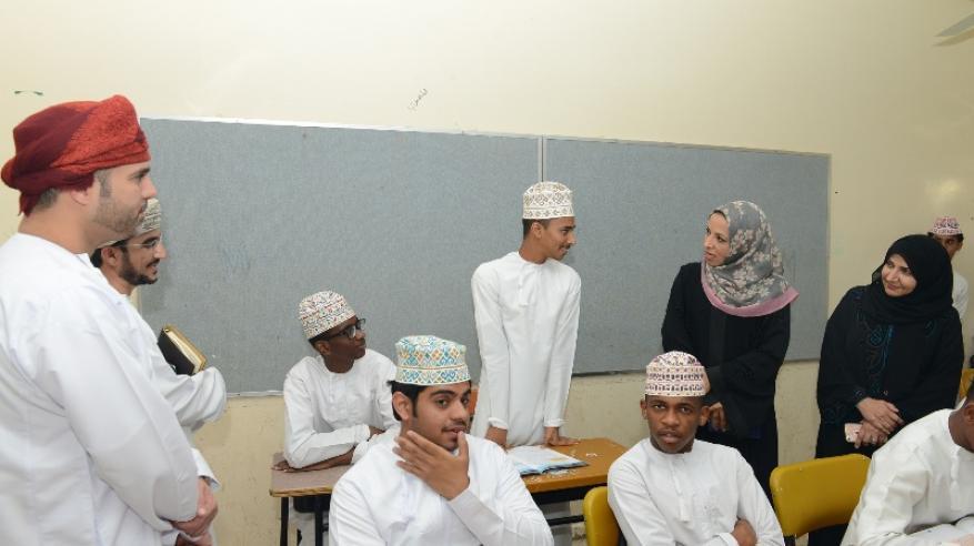 معالي الوزيرة في حوار مع أحد طلبة مدرسة الوارث بن كعب بولاية السويق