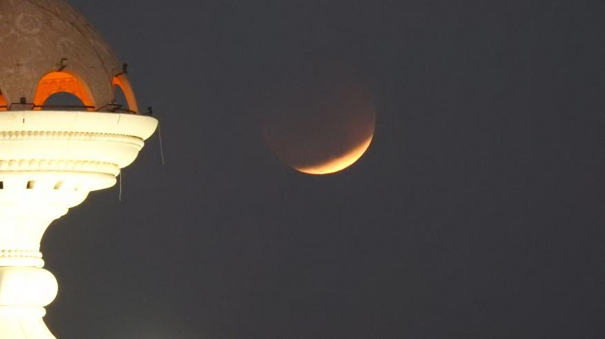 خسوف كلي للقمر في سماء السلطنة لمدة ساعة و43 دقيقة.. الجمعة