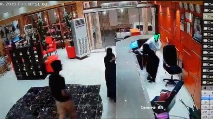 بالفيديو: سعودي يعتدي على موظفة بأحد الفنادق .. والنيابة العامة تباشر التحقيق