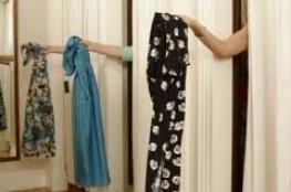 وافد آسيوي يصور السيدات في غرف قياس الملابس