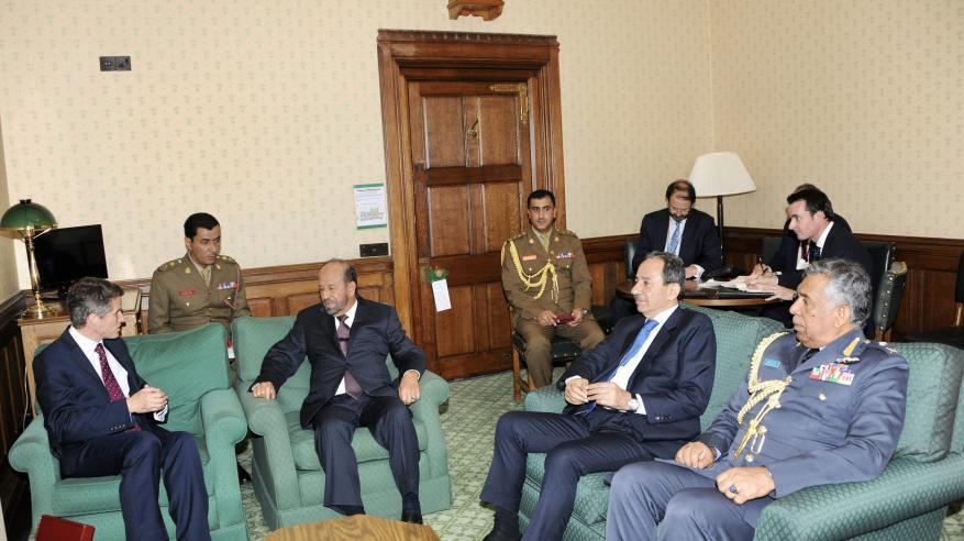 """بدر بن سعود يستعرض مع وزير الدفاع البريطاني التعاون العسكري القائم وتحضيرات """"السيف السريع 3"""""""