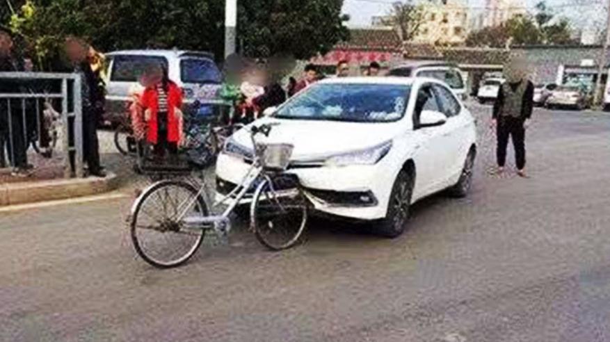 بالفيديو.. حادث مروري غريب بين سيارة ودراجة هوائية