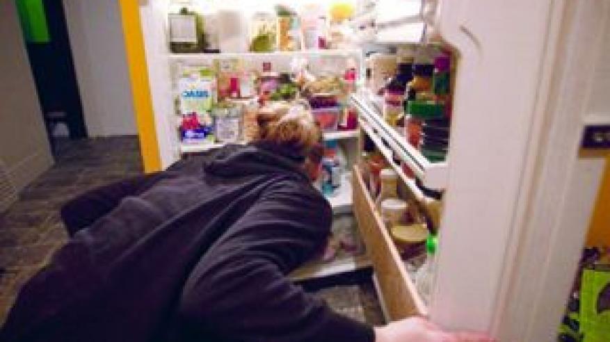 تقتل رجلاً وتخفي جثته في ثلاجة الطعام