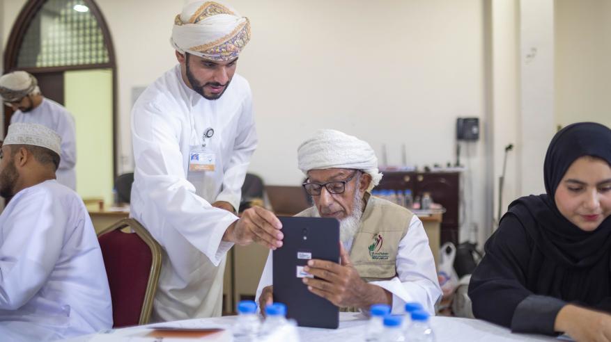 """""""عمانتل"""" تواصل مبادرة محو الأمية الرقمية في الرستاق"""
