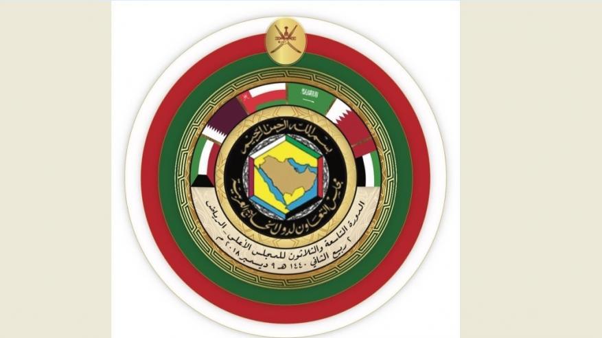 """سر وجود """"الخنجر والسيفين"""" وألوان علم السلطنة بشعار القمة الخليجية الحالية"""