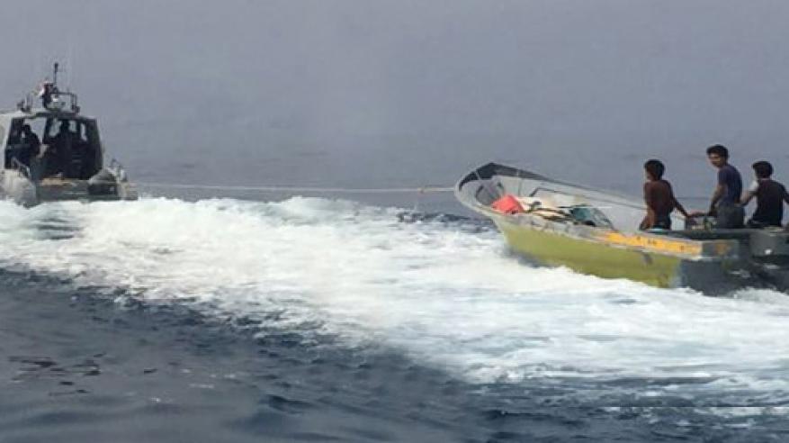 """""""خفر السواحل"""" تقدم المساعدة لقارب آسيوي في مسندم"""