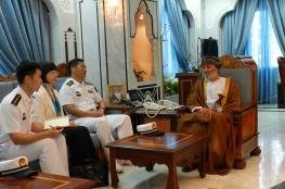 محافظ ظفار يستقبل قائد سفينة حربية صينية