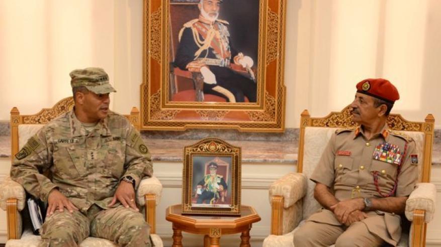 رئيس أركان قوات السلطان المسلحة يستقبل قائد القوات البرية الأمريكية