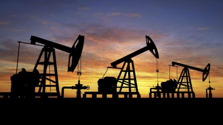 النفط يتراجع وشكوك في قدرة أوبك على كبح تخمة المعروض
