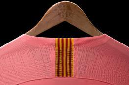 بالفيديو والصور.. الكشف عن القميص الجديد لبرشلونة