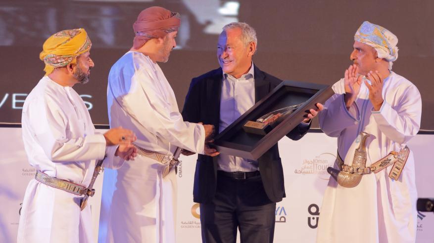 """تتويج سميح ساويرس بجائزة """"أفضل مستثمر أجنبي"""" في حفل جوائز عُمان للسياحة"""