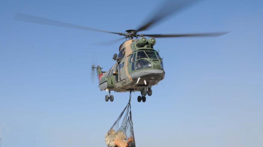 سلاح الجو السلطاني العماني ينقل مواد استهلاكية بجبل الكور