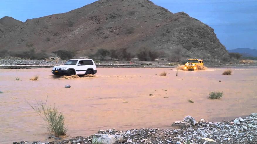 نزول وادي العق وتدهور شاحنة بسبب الأمطار في سمائل