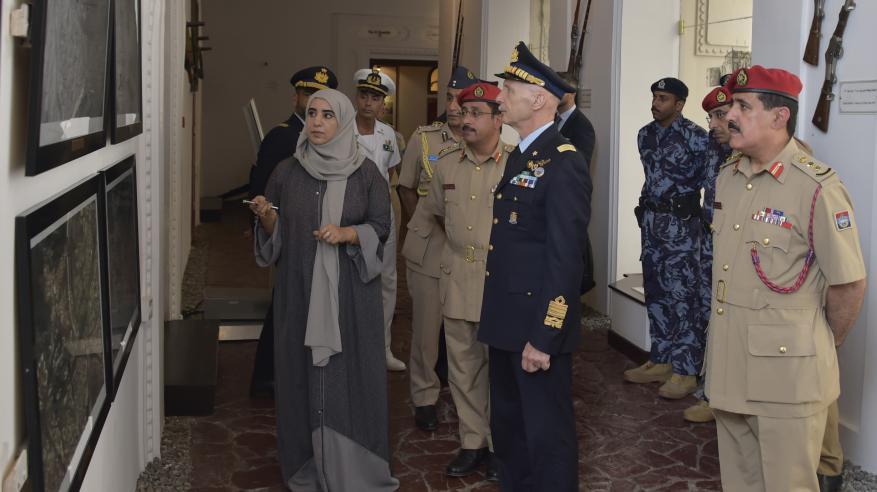 رئيس أركان سلاح الجو الإيطالي يزور متحف قوات السلطان المسلحة
