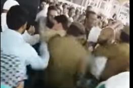 بالفيديو.. سعودي يشعل النار في نفسه بجوار الكعبة