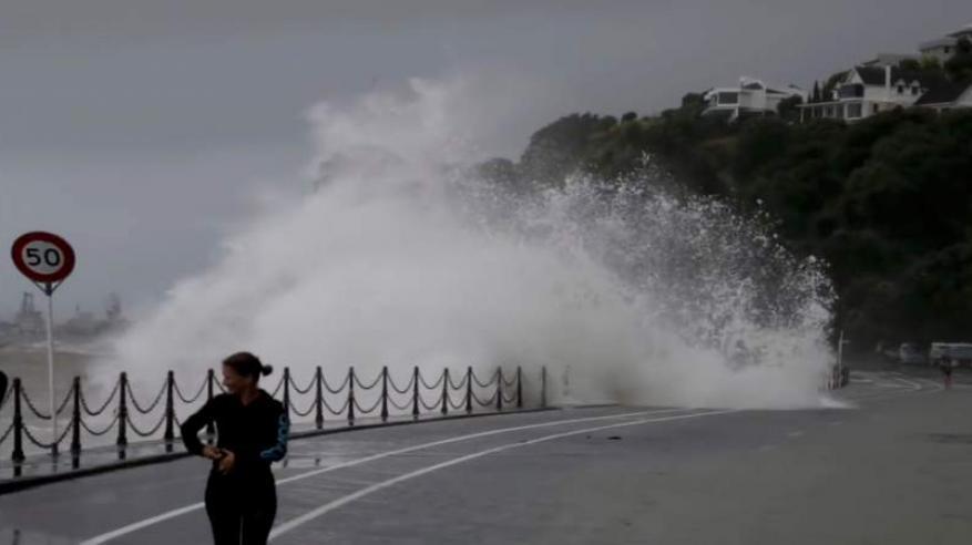 """بالفيديو.. إعصار مانجكوت """"المدمر"""" يصل الصين .. وإلغاء 1300 رحلة جوية"""