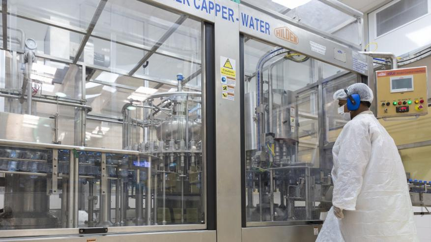 مختبرات متخصصة لفحص المنتجات  قبل وبعد عمليات الإنتاج