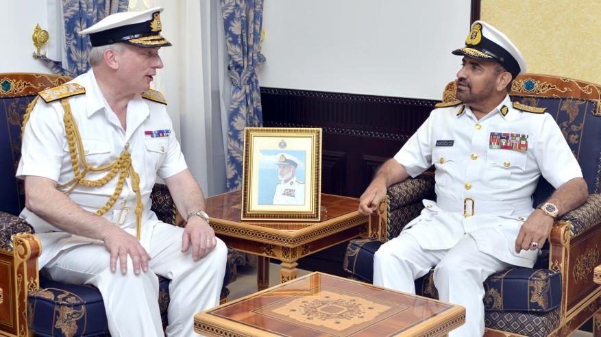 الرئيسي يبحث التعاون مع رئيس الأركان البحرية البريطانية