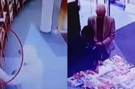بالفيديو.. التحقيق مع سفير دولة بتهمة سرقة كتاب
