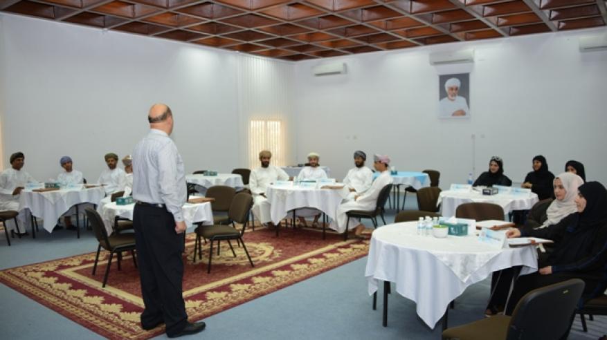 40 مشاركا بحلقات معهد الإدارة العامة