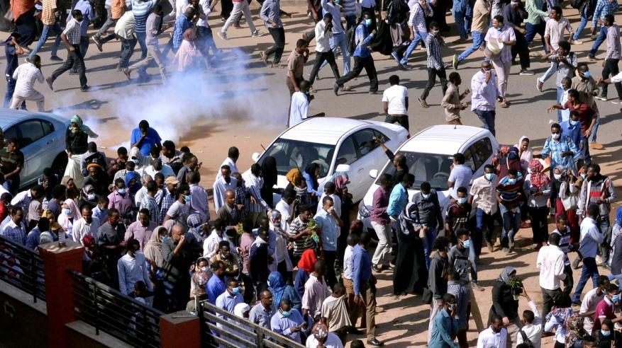 قوات الأمن السودانية تطلق الغاز المسيل للدموع مع تجدد الاحتجاجات في المدن