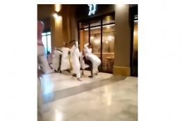 بالفيديو.. مشاجرة ساخنة في أحد المجمعات الشهيرة بالكويت