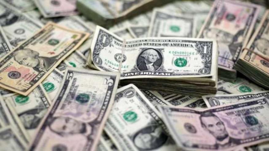 """""""الدولار الآمن"""" يدفع الذهب للهبوط لأقل مستوى في 17 شهرا"""