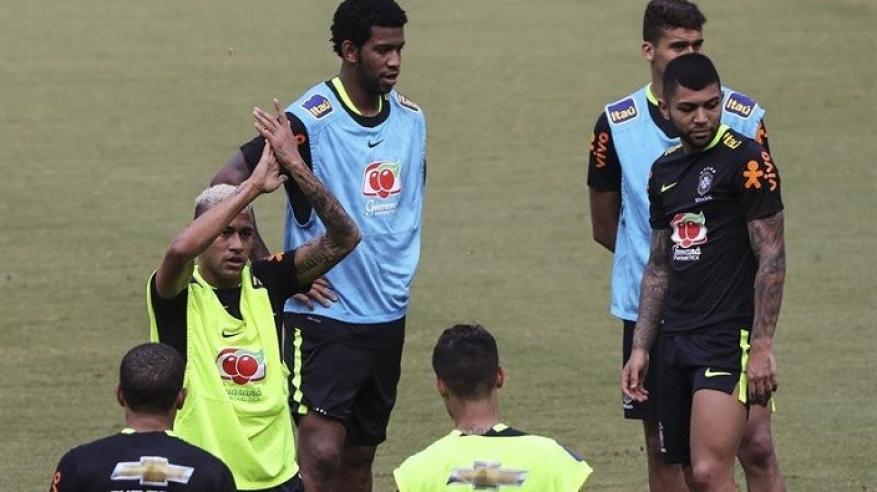 بالفيديو.. جماهير البرازيل تقتحم الملعب وتطرح نيمار أرضا