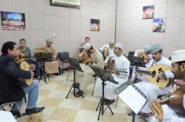 50 مشاركا في دورة تدريب العزف على العود