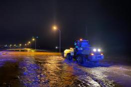 إنقاذ 4 أشخاص أحتجزوا داخل مركباتهم بسبب الأمطار